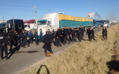 Liberan carretera a Delicias; desalojan a transportistas