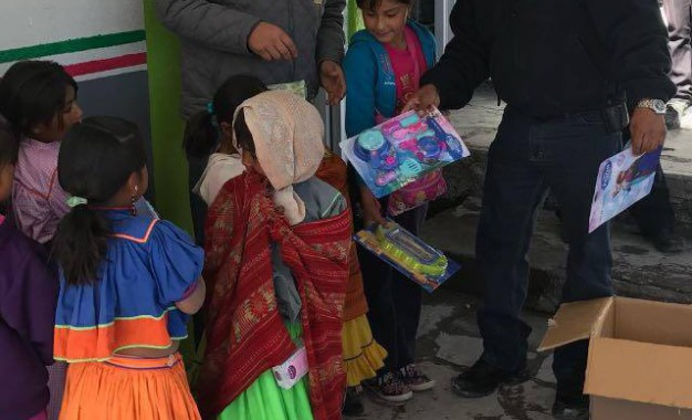 Entregan apoyos para familias y estudiantes de albergues en Balleza
