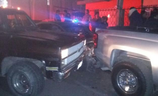 Camioneta se impacta contra dos vehículos estacionados en la Juan Rangel.