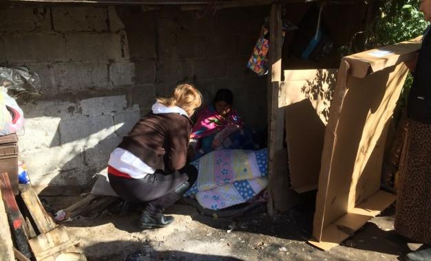 VÍDEO: Vive con su niño recién nacido a la intemperie; ¡ayudemos!