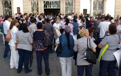 Toman el hospital central como protesta y dejan salir a pacientes sin pagar