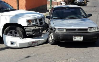 Choque entre dos vehículos en la colonia Morelos