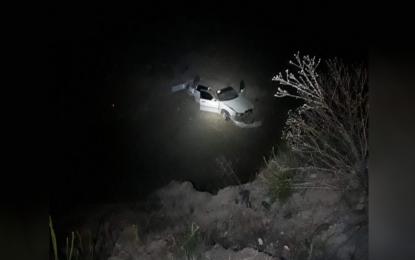 Vuelca vehículo y cae a un arroyo, cerca del panteón de Santa Barbara