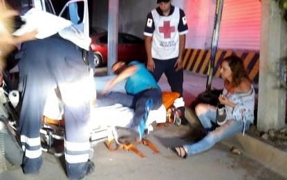 VÍDEO: Choca a motociclistas y se fuga; dos lesionados
