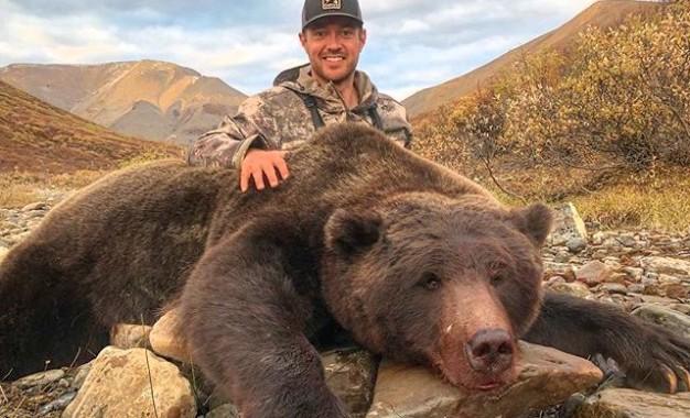 """""""Que cártel mexicano lo mate"""": amenazan a exatleta por cazar oso"""