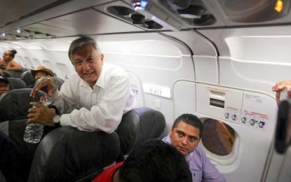 AMLO esperó 5 horas en aeropuerto; reiteró no usar avión presidencial
