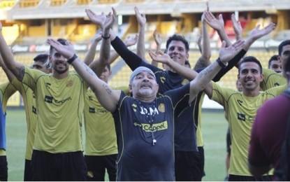Baile, ovación y saludo vikingo, así fue el primer entrenamiento de Maradona