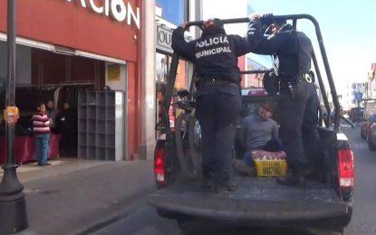 Policías lo detienen en pleno centro, ¡POR VENDER DULCES!