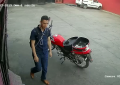 VIDEO: Cámara capta a sujeto que intentó robar motocicleta en el centro