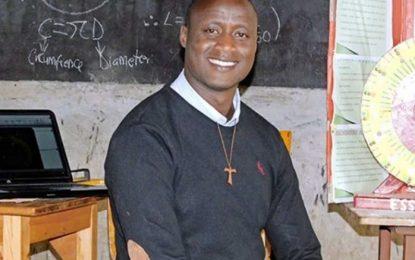 Profesor dona 80% de su sueldo a sus alumnos más pobres
