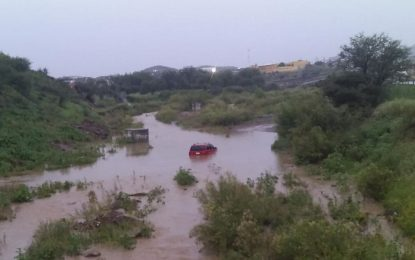Intenta cruzar el río Parral y queda atrapado