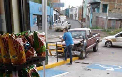 Camioneta se impacta contra barandal de Oxxo en la Libertad