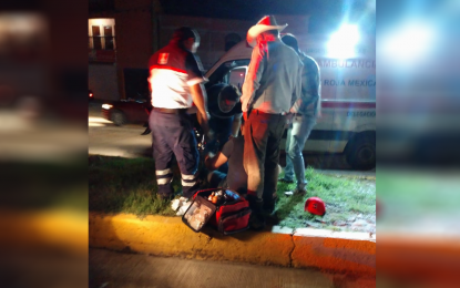 Motociclista choca vs camellón y resulta herido