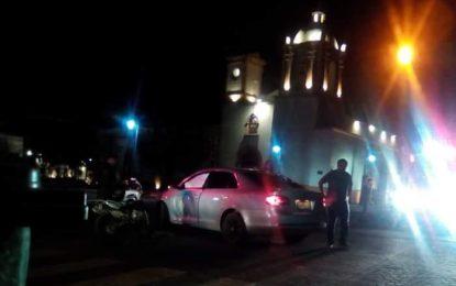 Choque entre auto y motocicleta en la Guillermo Baca en la madrugada