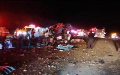 """Vuelca camión """"pirata"""" en Delicias; por lo menos 10 muertos"""