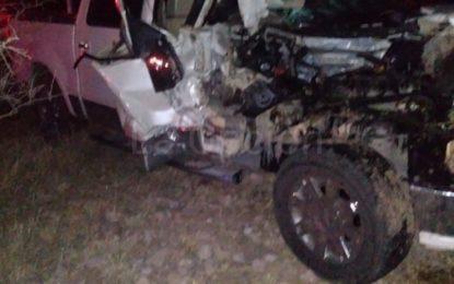 Vuelca camión de paquetería tras choque con camioneta