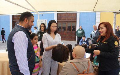 Entrega alcalde y primera dama la primer peluca oncológica del año