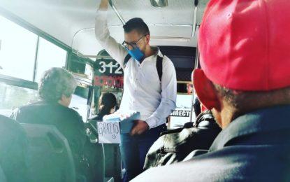 Joven de Valle de Allende regala cubrebocas en camiones urbanos de Chihuahua