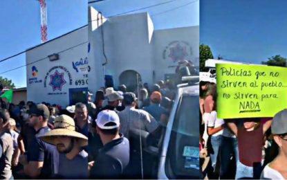 Población de Galeana toma oficinas de policía; denuncian abusos