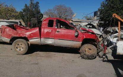 Vuelca camioneta en la carretera a Santa Bárbara