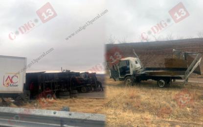 Vuelcan dos camiones sobre la vía corta; cuantiosos daños materiales
