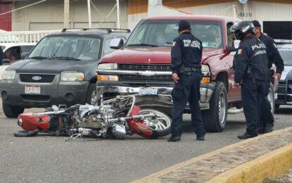 Choque en acceso a Mercado de Abastos; motociclista lesionado
