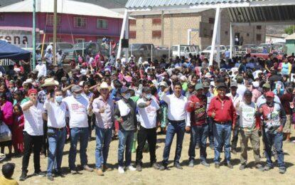 """Acallan rumores, caminan miles con """"Chacho"""" Chávez en Baborigame"""