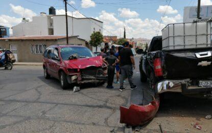 Cuantioso choque en la col. Juárez; omitió un alto