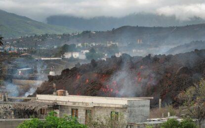 El volcán de la Isla Canaria de la Palma engulle el último pueblo en su camino hacia el mar