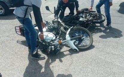 Inusual choque entre motociclistas deja cuantiosos daños