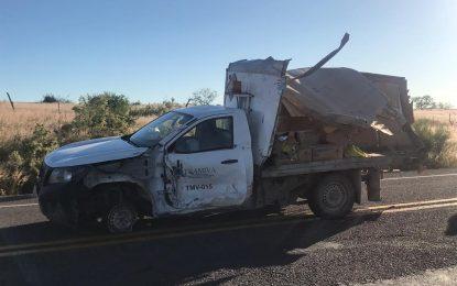 VIDEO: Choca camión y camioneta en la vía corta; cuantiosos daños materiales