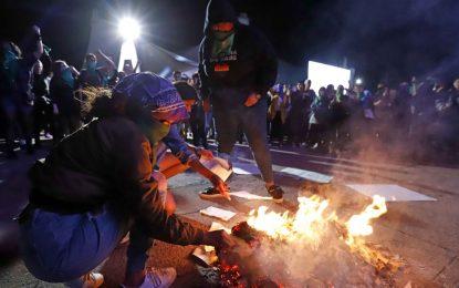 """Feministas queman libros que """"curan"""" la homosexualidad"""