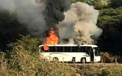 Grupo armado balacea casa de exalcalde y queman camión en Michoacán