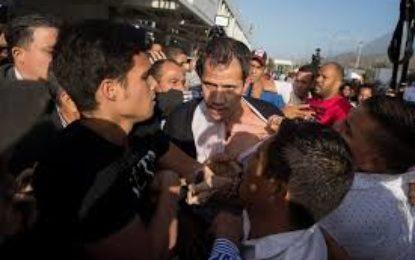 Golpean a Juan Guaidó al volver a Venezuela