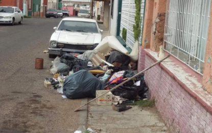 Denuncia tiradero de basura en la calle Chihuahua