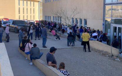 Interminables filas para recibir la vacuna contra el COVID-19 en la UACH