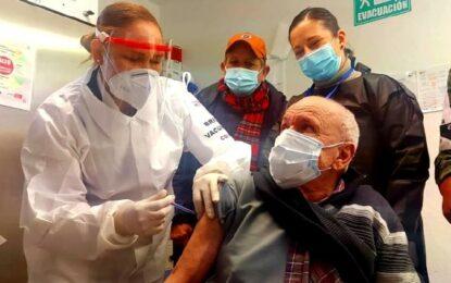 Manuel, de 101 años, primer vacunado contra COVID en Guadalupe y Calvo
