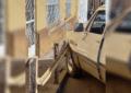 Colisiona vehículo contra muro de contención en la calle del cerro
