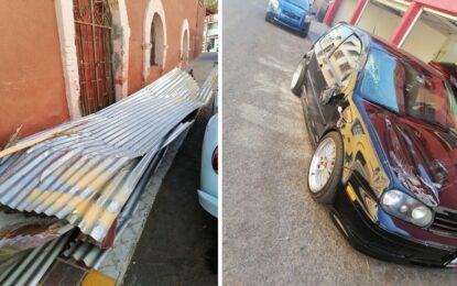Cae lamina de domicilio y ocasiona daños a un vehículo